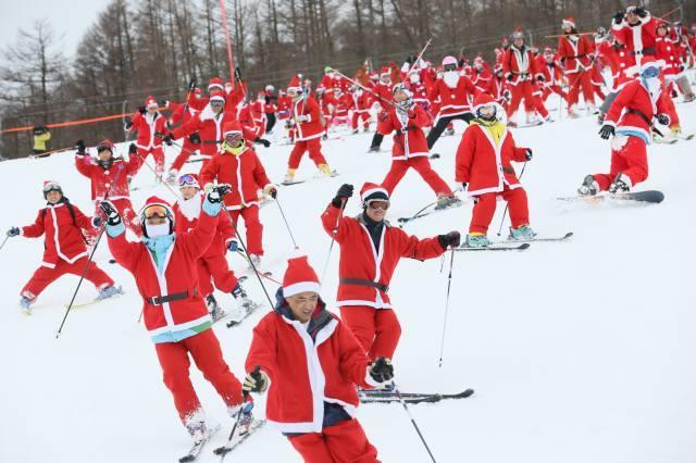 仮装でリフト無料も! クリスマスにサンタに会えるスキー場!