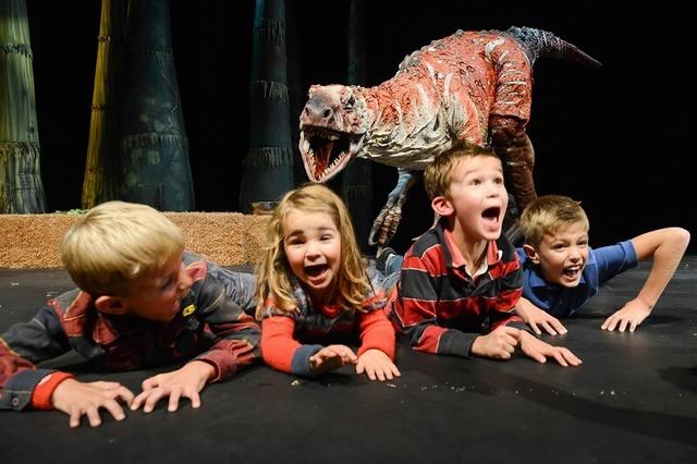 子供が舞台に上がれる! 夏休みの大人気「恐竜ショー」予約開始