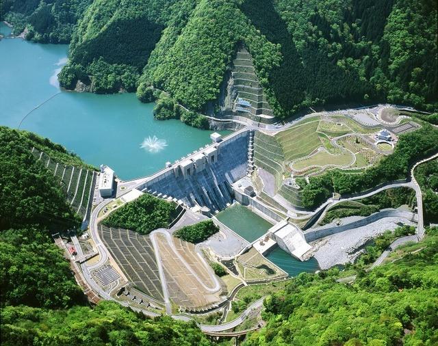 全国の遊べる「ダム」スポット7選 大型遊具&遊覧船&温泉も!