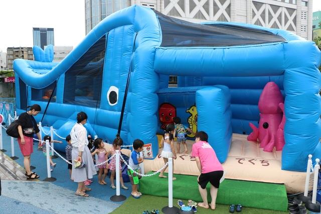 都内に0歳からOKの「大型水遊び広場」登場 滑り台&泡の遊具も