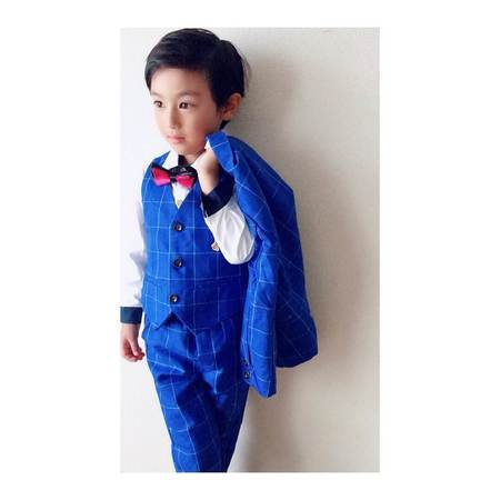 20346ffab2739 男子は紺や黒、グレーなど落ち着いたカラーのスーツを選ぶ人が多いようです。柄物のシャツや蝶ネクタイ、シューズなど、小物選びで人と差をつけたいですね。