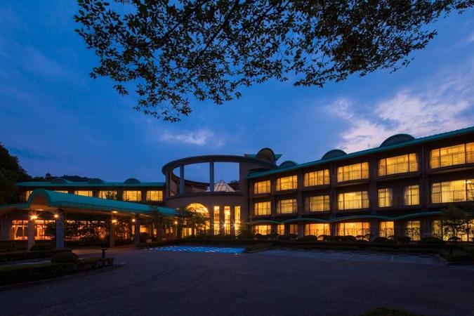 施設写真】 夜の外観風景。横長の建物が特徴的です。』休暇村 奥