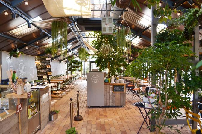 Garden Centre: 『【施設写真】 緑に囲まれた開放的なカフェ「FARMER'S KITCHEN