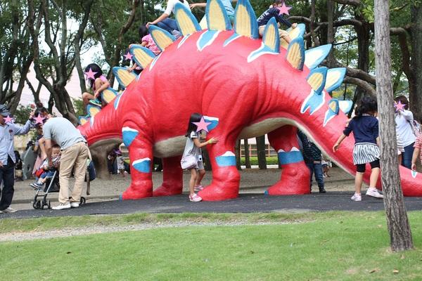 ① のんほいパーク. 一番人気だったのは、カラフルな赤い恐竜。しっぽからのぼっていき、頭からおります。さながら、ジャングルジムかすべり台のよう?